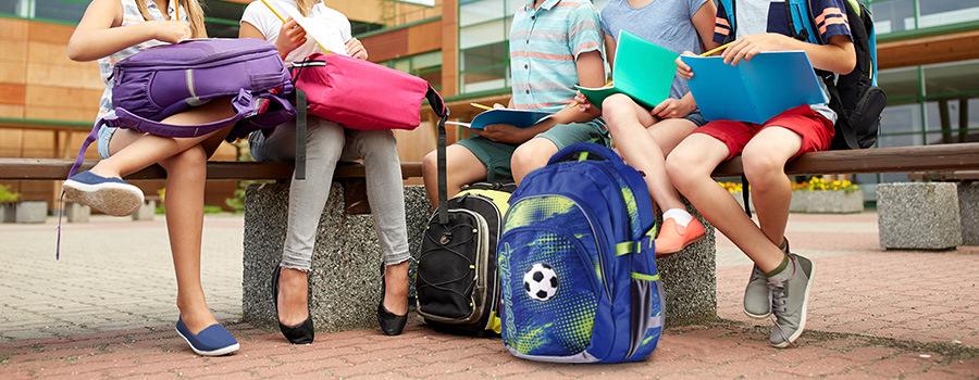 a309af667c Školní batoh Stil Junior Football II s rozměrem 39 x 32 x 22 cm je určen  malým školákům prvního stupně ZŠ. Splňuje náročné požadavky na design
