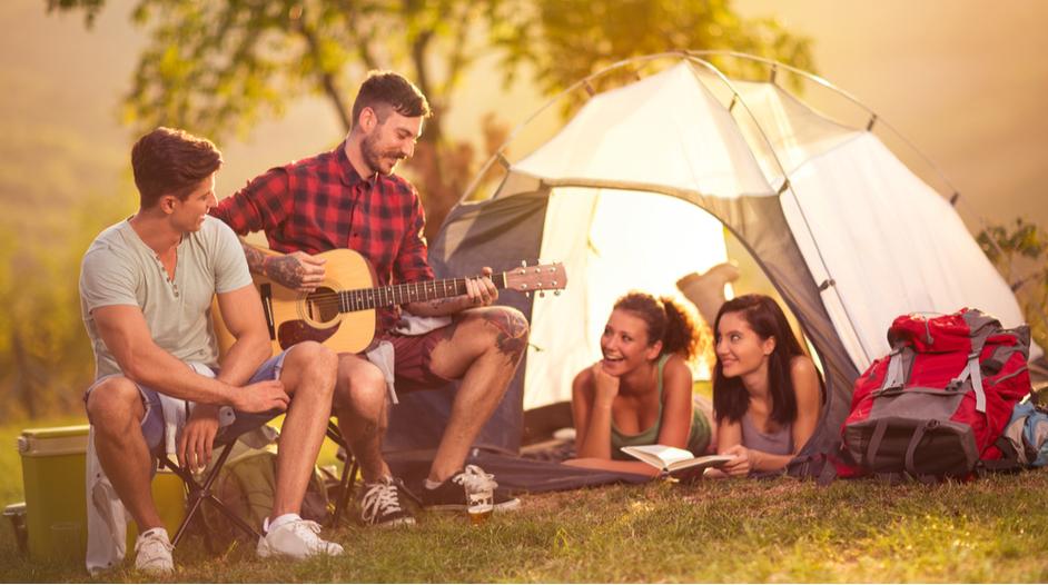 Partia mladých ľudí v kempe